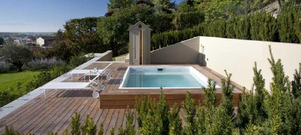 Piscine elementi arredo bagno for Arredamento piscine